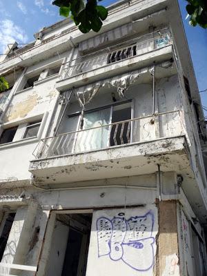 """Χαϊδάρι Σήμερα Το κτήριο - φάντασμα """"στοιχειώνει"""" την πόλη. 15 χρόνια μετά το σεισμό αφήνεται να διαλύεται, σπέρνοντας το φόβο στη γειτονιά 2"""