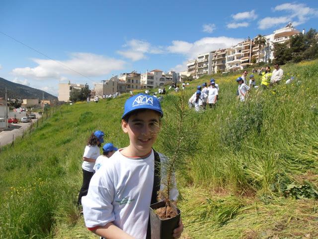 Χαϊδάρι Σήμερα Κάτοικοι και μαθητές μετατρέπουν σε πνεύμονα πρασίνου ένα γυμνό δημοτικό χώρο 3