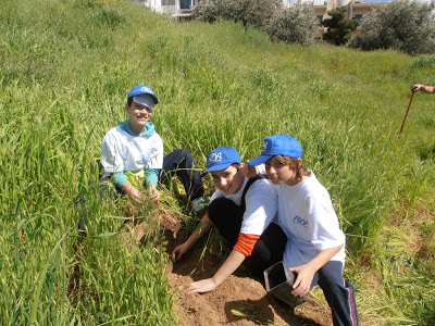 Χαϊδάρι Σήμερα Κάτοικοι και μαθητές μετατρέπουν σε πνεύμονα πρασίνου ένα γυμνό δημοτικό χώρο 6