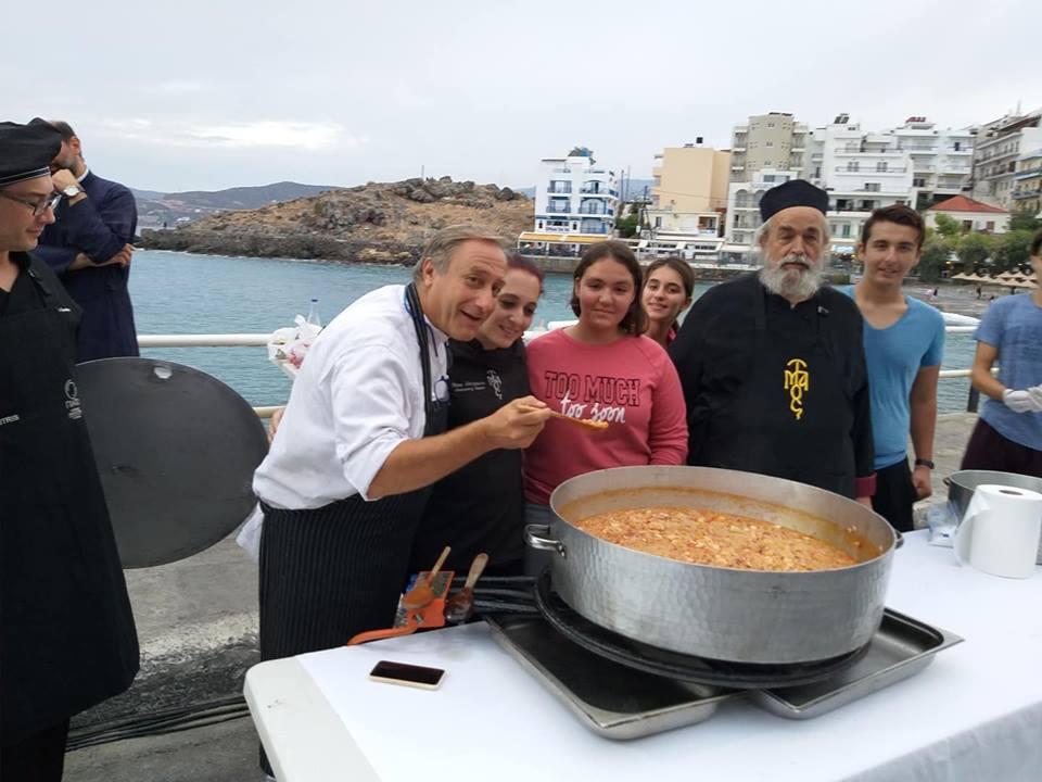 """Ο Γιάννης Μπαξεβάνης εμπνευστής στο """"Μεγάλο Τραπέζι"""" της Κρήτης"""
